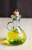 Pequena garrafa de azeite de oliva com rolha de cortiça — Fotografia Stock