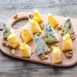 Foto Stock: Pieces of emmental and blue cheese