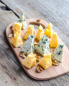 Pieces of emmental and blue cheese — Stock Photo