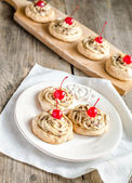 Meringue with maraschino cherries — Stockfoto