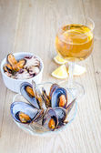 Mussels with a glass of white wine on the wooden table — 图库照片