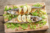 Grilled mackerel with fresh arugula — Stock Photo