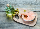 Food with unsaturated fats - salmon and olive oil — Photo