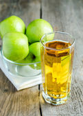 Apple juice with fresh apples — Stock Photo