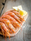 Shrimps on the wooden board — Stockfoto