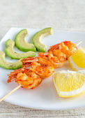 Shrimps skewers with avocado and lemon slices — Stockfoto