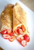 Pannenkoeken met verse aardbeien — Stockfoto