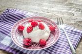 Meringue with fresh raspberries — Stock Photo
