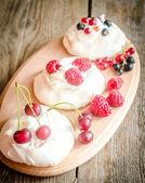 Meringue cakes with fresh berries — Stock Photo