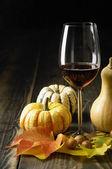 Calabazas, vino y hojas de otoño — Foto de Stock