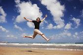 Adam plaj serisi başında atlama — Stok fotoğraf