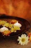 Bol d'arôme avec des bougies et des fleurs — Photo