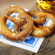 Pretzel and beer on bavarian napkin — Foto Stock