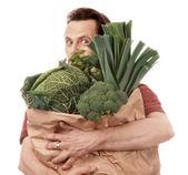 Muž hospodářství pytel plný zeleniny — Stock fotografie