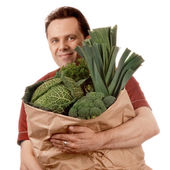 Człowiek gospodarstwa torbą z warzyw — Zdjęcie stockowe