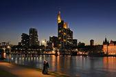 Frankfurt in de nacht — Stockfoto