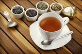 Thee met losse thee in kleine kommen — Stockfoto