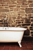 Vintage badkamer met badkuip clawfoot de ouderwetse — Stockfoto
