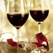 Foto Stock: Two glasses of Red Wine and Christmas Ornaments