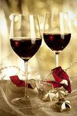 Deux verres de vin rouge et ornements de noël — Photo