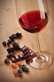 Rött vin, frukt och choklad — Stockfoto