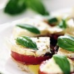 Fresh caprese salad with delicious tomatos, mozzarella and basil — Stock Photo
