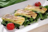 Gegrillter halloumi-käse auf rucola — Stockfoto