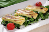 Grilled Halloumi cheese on rocket salad — Stockfoto