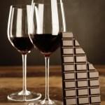 Red wine and chocolate bar — Stock Photo