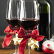 Two glasses of red wine with christmas ornaments — Stockfoto