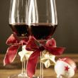 Two glasses of red wine with christmas ornaments — Lizenzfreies Foto