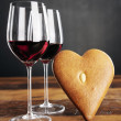 Two glasses of red wine and heart-shaped gingerbread — Stock Photo