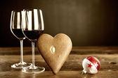 Iki kadeh kırmızı şarap, gösterişli ve noel baubel — Stok fotoğraf