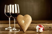 Two glasses of red wine, gingerbread and christmas baubel — Foto Stock
