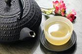 Japonská čajová konvice a šálek zeleného čaje — Stock fotografie