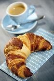 Espresso and croissant breakfast — Stock Photo