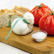 Burrata (sort of very fresh mozzarella cheese), tomato and bread — Stockfoto