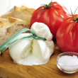 Burrata (sort of very fresh mozzarella cheese), tomato and bread — Foto Stock