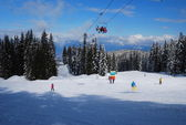 A sunny day on a ski runs in the resort of Bansko in Bulgaria — Stock Photo