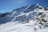Sunbathing on the slope in the ski resort of Bansko in Bulgaria — Stockfoto
