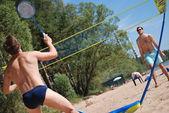 Jovem na praia envolvida no esporte — Fotografia Stock