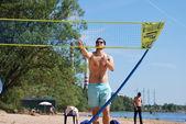 Jóvenes activamente van jugando al bádminton y vóley-playa — Foto de Stock
