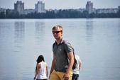 Giovane con ipad durante un tour della città di voronezh — Foto Stock
