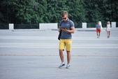 Junger mann mit ipad bei einem rundgang durch die stadt voronezh — Stockfoto