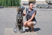 Şehrin içinden bir yürüyüş sırasında anıt ile poz kız — Stok fotoğraf