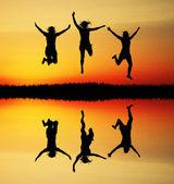 在日落时跳的人 — 图库照片