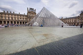 Het louvremuseum in parijs — Stockfoto