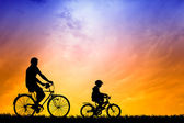 Father and son with bicycles at Sunset — 图库照片