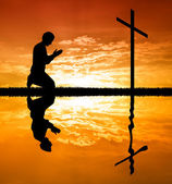 Man Praying Under The Cross — Stock fotografie