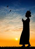 Woman dancing Thai dance at sunset — Stock fotografie